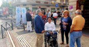 Jesús-Moreno-y-Borja-Fanjul-durante-el-paseo-de-Esperanza-Aguirre-en-Usera-300x160