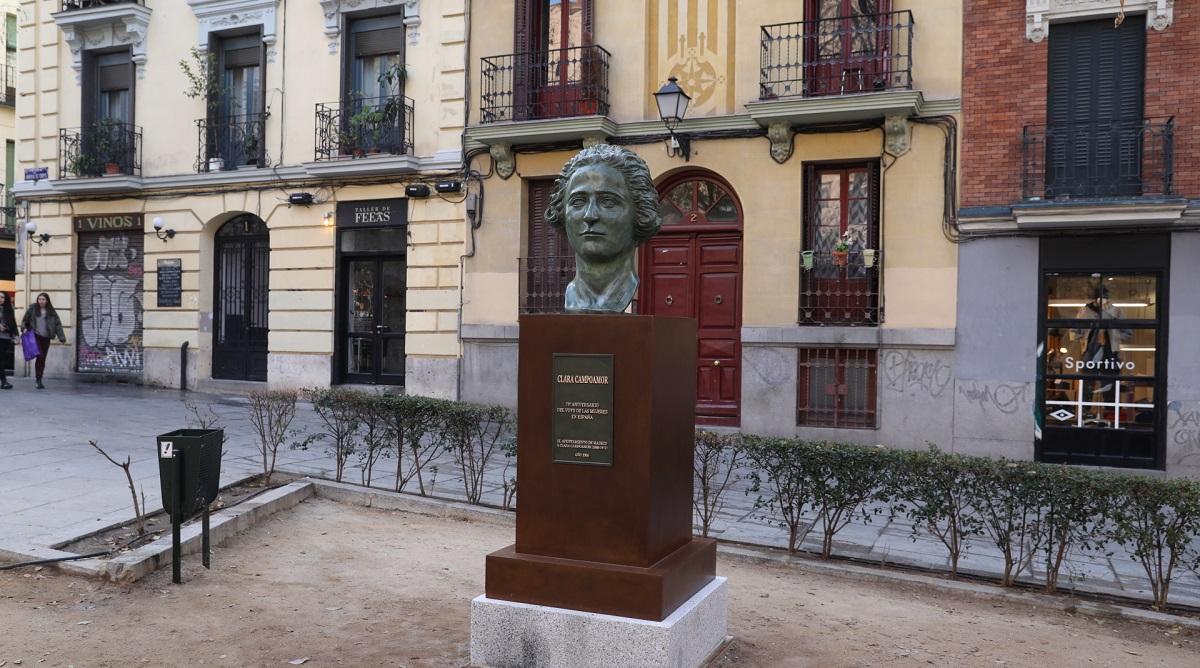 3dc4d2c89 El busto de Clara Campoamor regresa al barrio de Malasaña tras ser ...