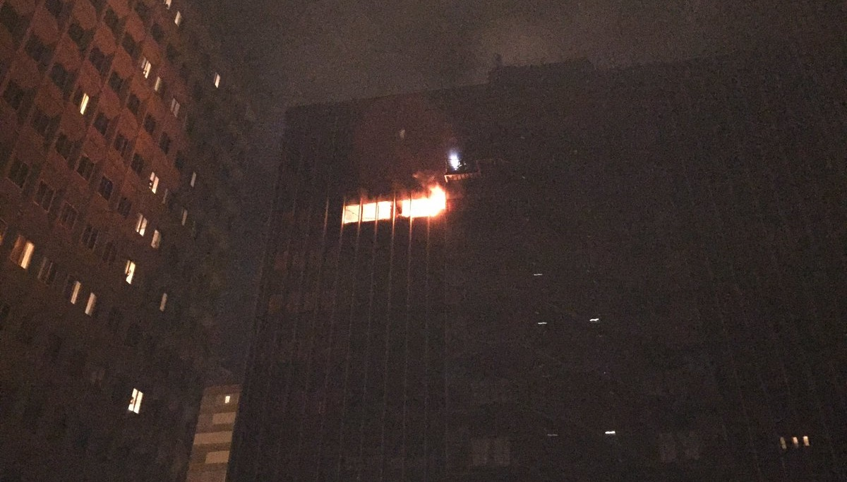 Un incendio calcina una planta de un edificio de oficinas for Oficinas de renfe en madrid