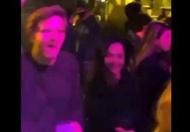 Indignación por una fiesta en el Teatro Barceló de Madrid con decenas de jóvenes bailando en grupo y sin mascarilla